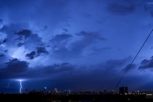 Разряд молнии в районе Карамышевской набережной