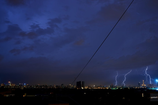 Разряд молнии рядом с Триумф-Палас